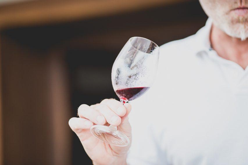 Pósta Borház szekszárdi borászat vörös borát kóstolja meg Péter
